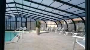 intérieur de l'abri piscine au camping les Charmes en Vendée