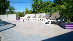 Plage extérieure de la piscine idéale pour les bains de soleil