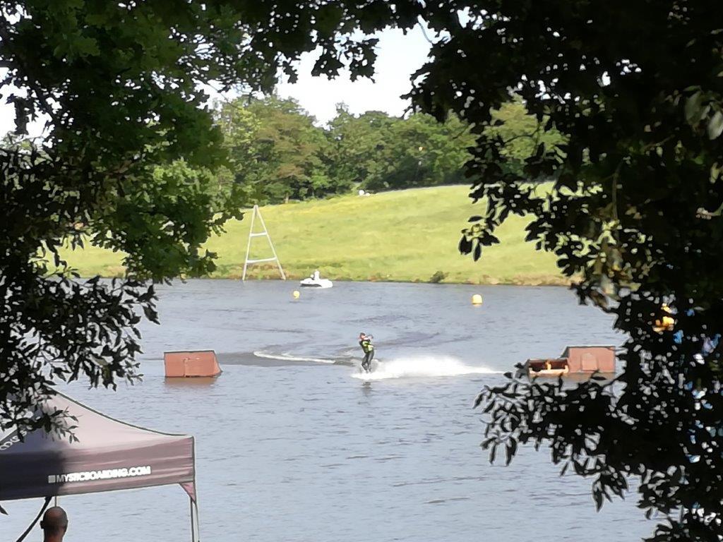 lac avec activités nautiques