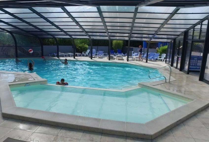 la piscine couverte du camping en Vendée